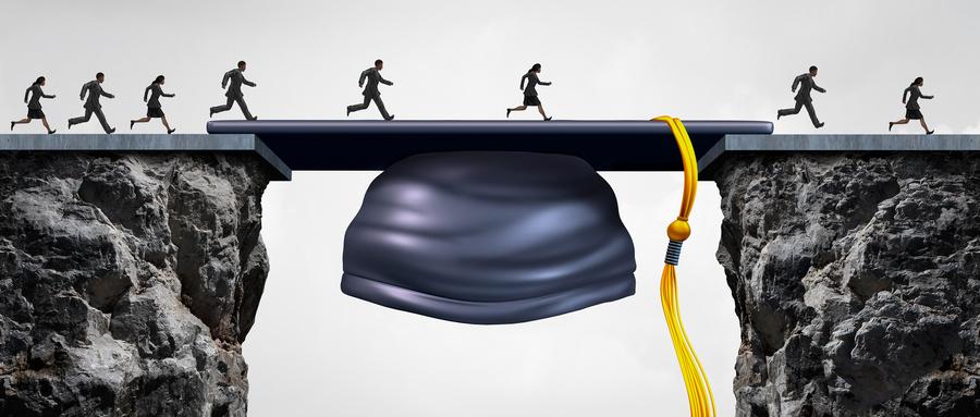 摄图网_300849926_wx_教育职业机会群即将毕业的大学学生,他们黑板毕业帽桥梁,为商业成功提供机会弥合差距(企业商用).jpg